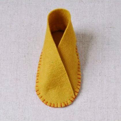Kerajinan tangan dari kain flanel , sepatu bayi lucu sudah jadi.