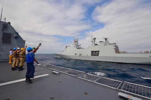 """El Patrullero Oceánico ARC """"7 de Agosto"""" de la Armada de Colombia realizó un encuentro en el mar con la Fragata HDMS """"Absalon"""" de la Real Marina de Dinamarca, en el Océano Indico."""