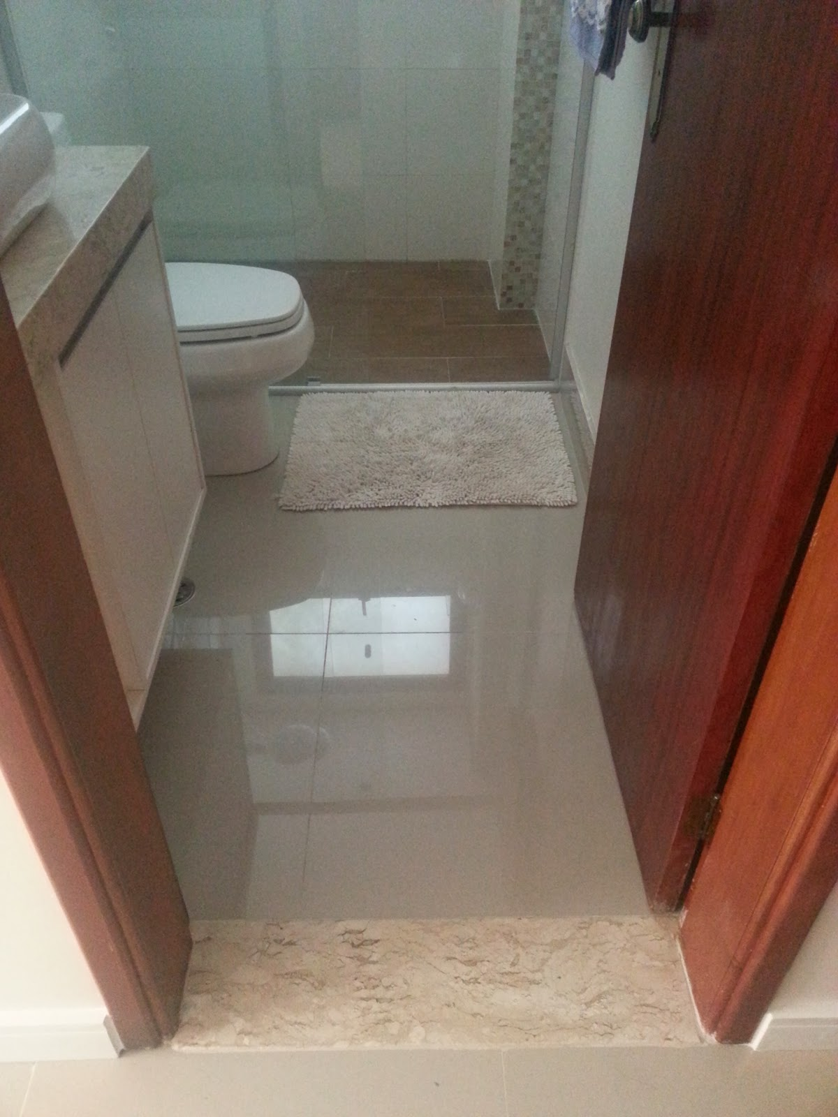porcelanato polido igual à sala e dentro do box porcelanato  #965135 1200x1600 Banheiro Com Porcelanato Polido