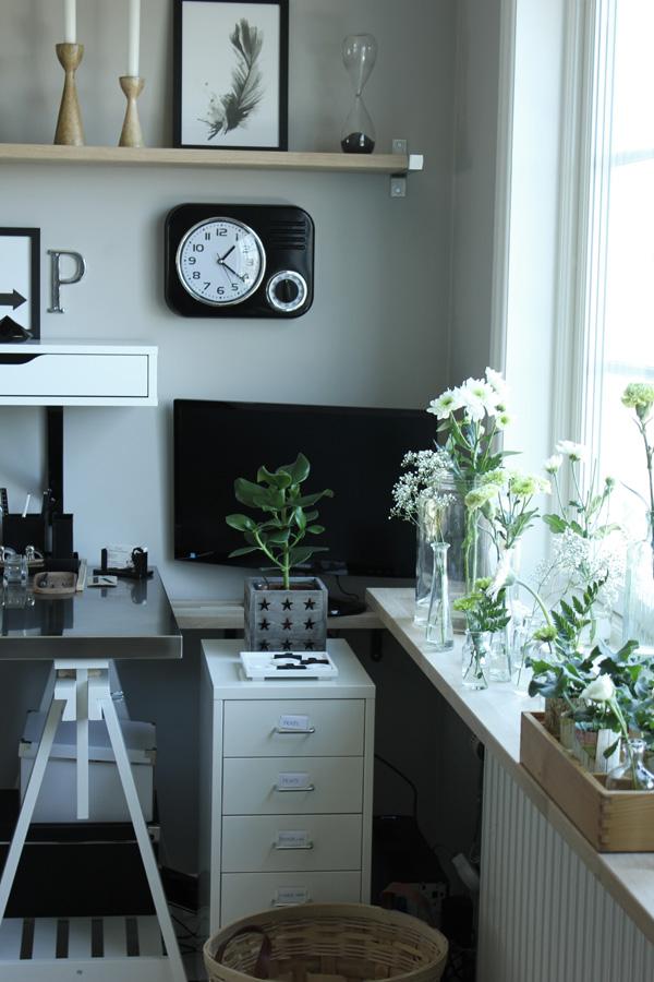 arbetsrum, kontor, stort fönster i arbetsrummet, vitt, grått, gråa väggar, skåp av plåt med lådor