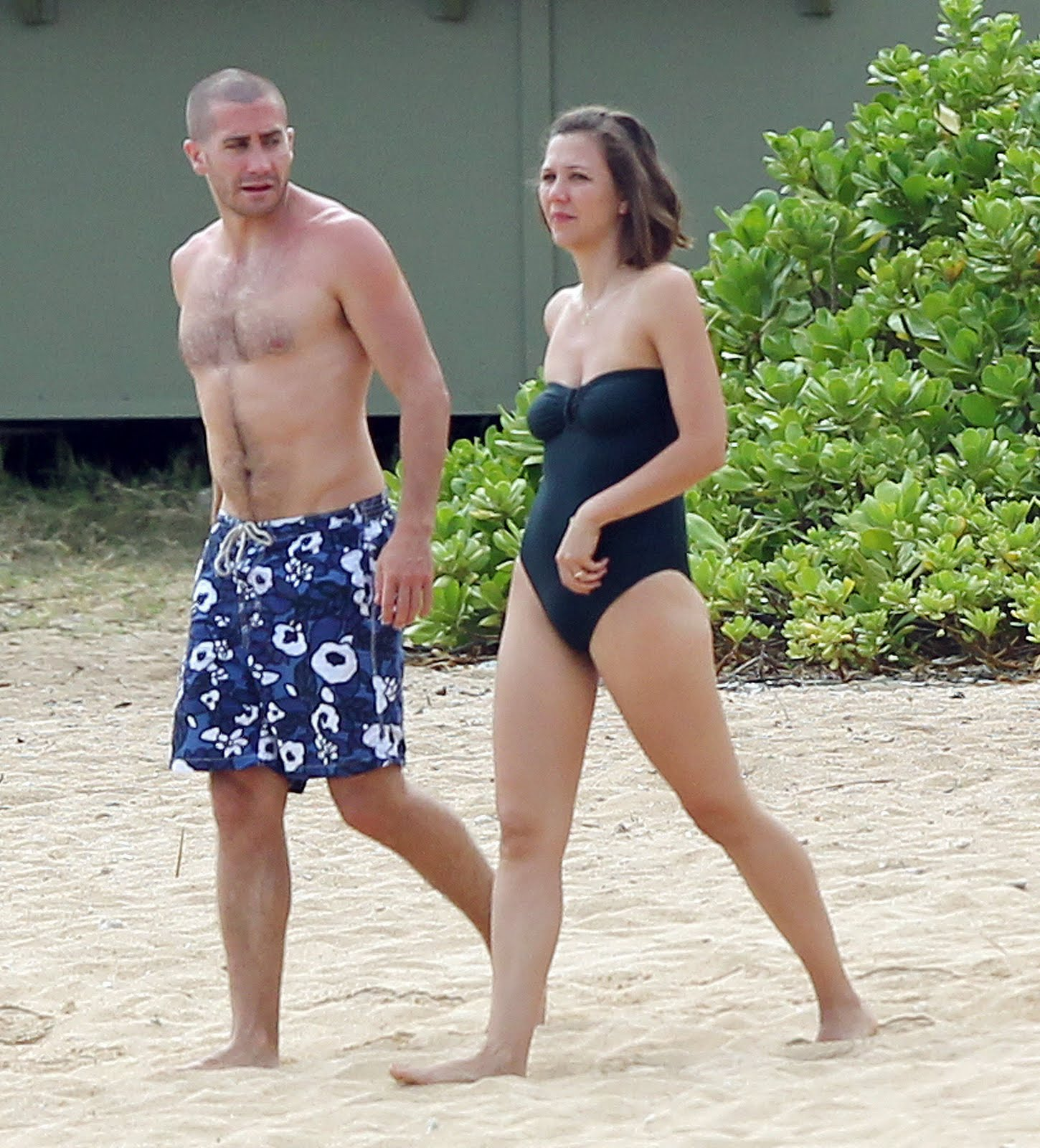 http://2.bp.blogspot.com/-TCeul_7JDbA/TjX7_GYPDgI/AAAAAAAAAkE/S-nDxiksfpI/s1600/maggie-and-jake-gyllenhaal-at-the-beach.jpg