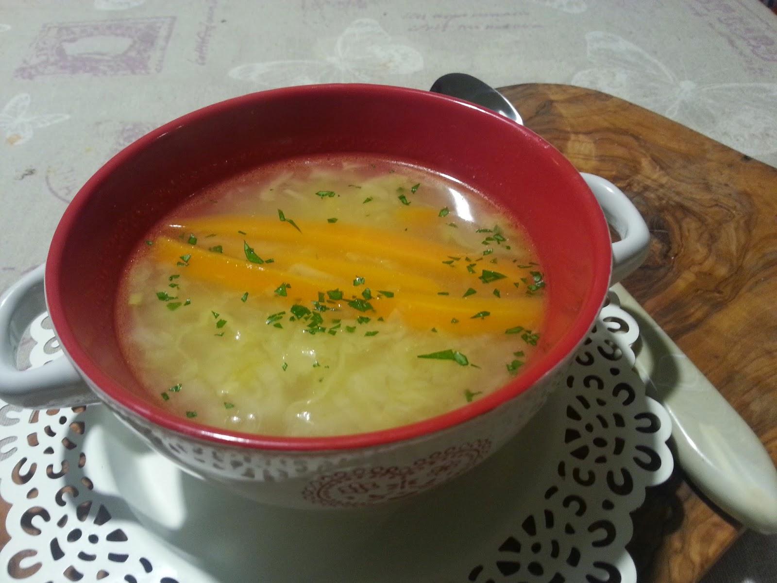 zuppetta di verza e patate con crostoni di formaggio alla paprika