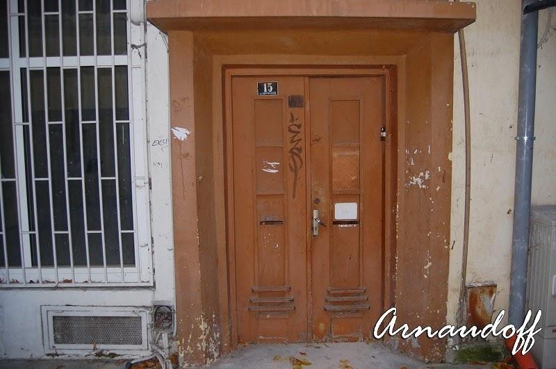 Стара олющена дървена врата