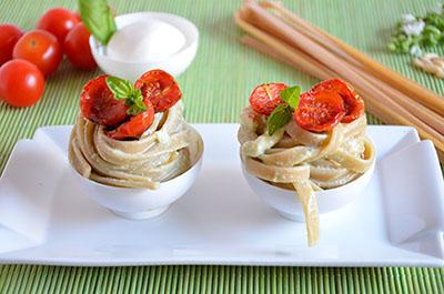 Tagliatelle integrali con crema di burrata e pomodorini confit