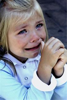 طفلة تبكي مؤلمة جدا