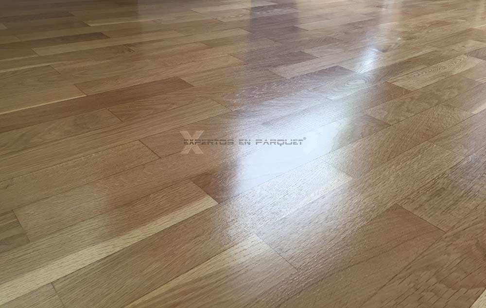 El brillo del barniz en suelos de parquet o tarima for Cosas con tarimas de madera