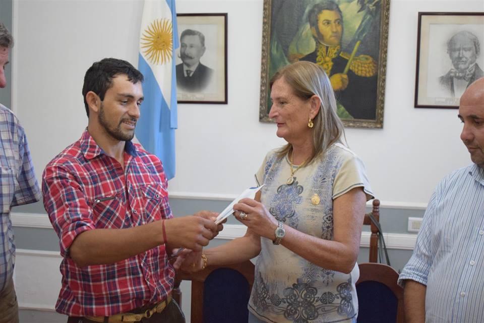 MERCEDES: La Intendente entregó subsidio a Miguel Barbona