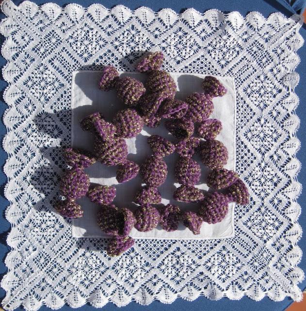 Caramelos amigurumi sobre pañuelo de bolillo