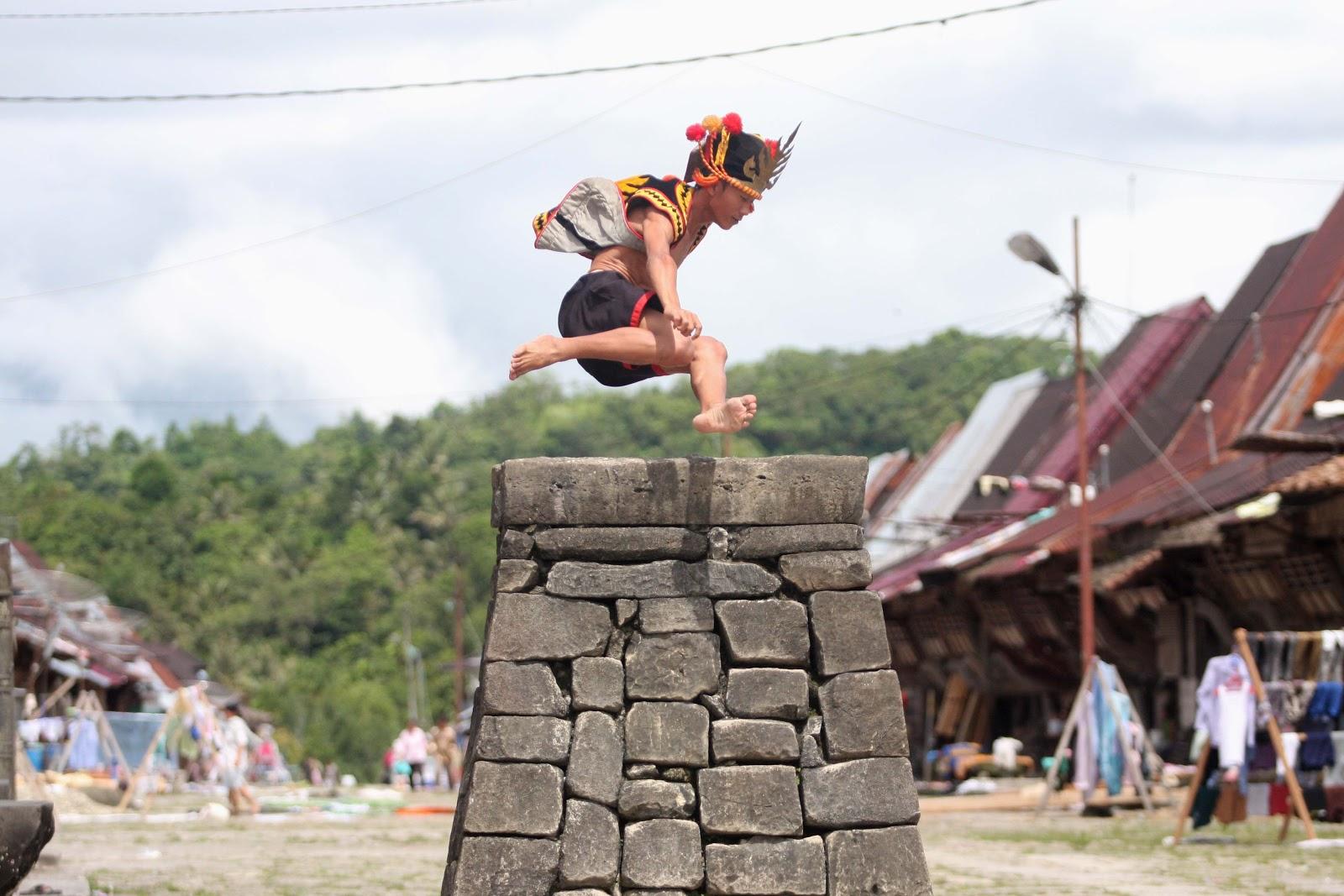 """Lompat Batu"""" di Desa Bawomataluo, Kecamatan Fanayama, Kabupaten Nias ..."""