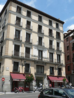 «Calle Mayor 84 (Madrid)» de Basilio - Trabajo propio. Disponible bajo la licencia CC BY-SA 3.0 vía Wikimedia Commons - https://commons.wikimedia.org/wiki/File:Calle_Mayor_84_(Madrid).jpg#/media/File:Calle_Mayor_84_(Madrid).jpg