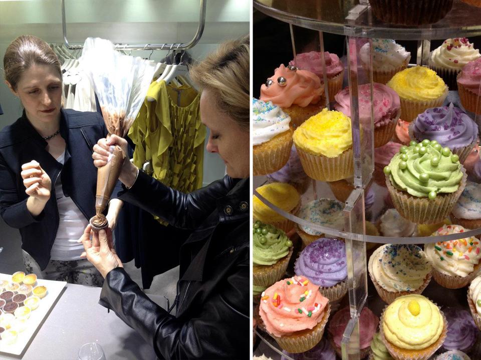 pieces montee de cupcakes et femme essayant de realiser un cupcake