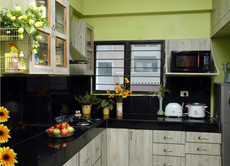 Decora y disena 11 hermosas cocinas color verde for Cocina encimera verde