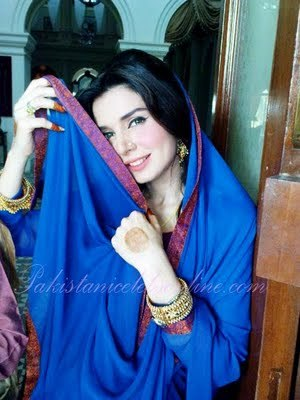 Mahnoor Boloch Picture in blue soute