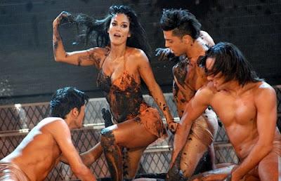 Silvina Escudero con varios hombres