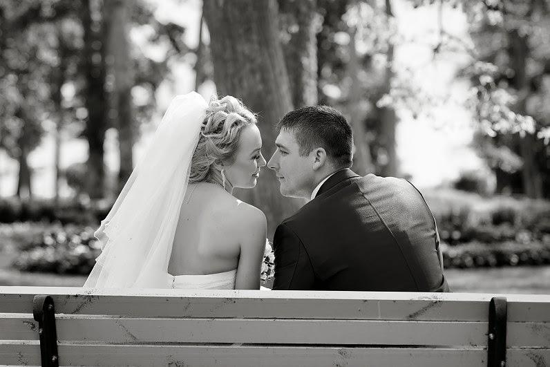 romantiška vestuvių fotosesija gamtoje