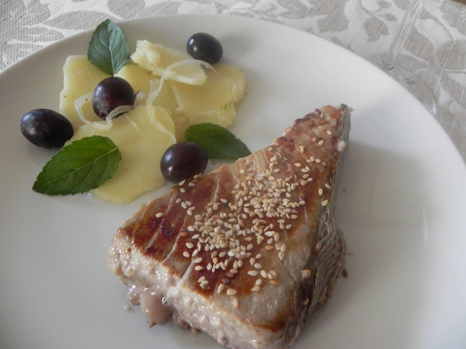 Tagliata di tonno al sesamo con patate ed uva rossa ghiotto di salute - Marinare il tonno prima di cucinarlo ...