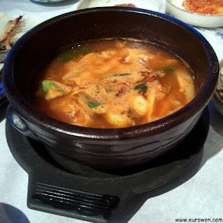 El maeungtang es un sopa picante elaborada con restos de pescado