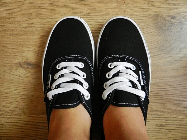 vans damskie czarne na nogach