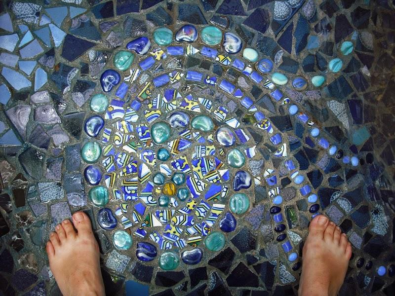 Joan seriny piscina mini decorada en trencad s 02 for Piscinas hechas con piedras