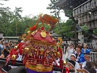 子ども神輿は本殿前で高々と上げた。