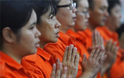 MH 370 Malaysian Women Pray