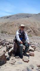 Después de la penosa ascensión al cerro Wata-watana, quebrada de Quipisca. ¡Ya pesan  los años!.