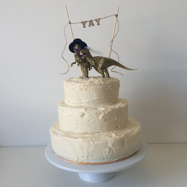 rawr wedding cake >> STARTS WITH CUPCAKES
