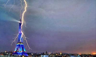 Un rayo descarga en la Torre Eiffel, París (Francia)