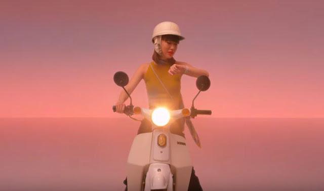 Canzone francese pubblicità Apple Watch scooter - Ragazza sul motorino che usa Siri