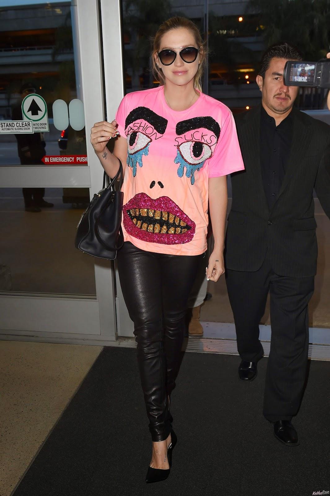 Kesha >> Galería [Candids, apariciones, paparazzi, etc.] - Página 14 %2BKesha%2BSays%2B%22Fashion%2BSucks%22-1