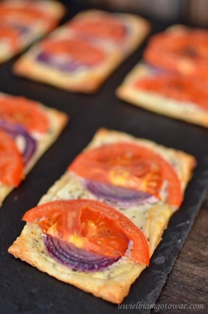 Ciastka francuskie z serkiem i pomidorami
