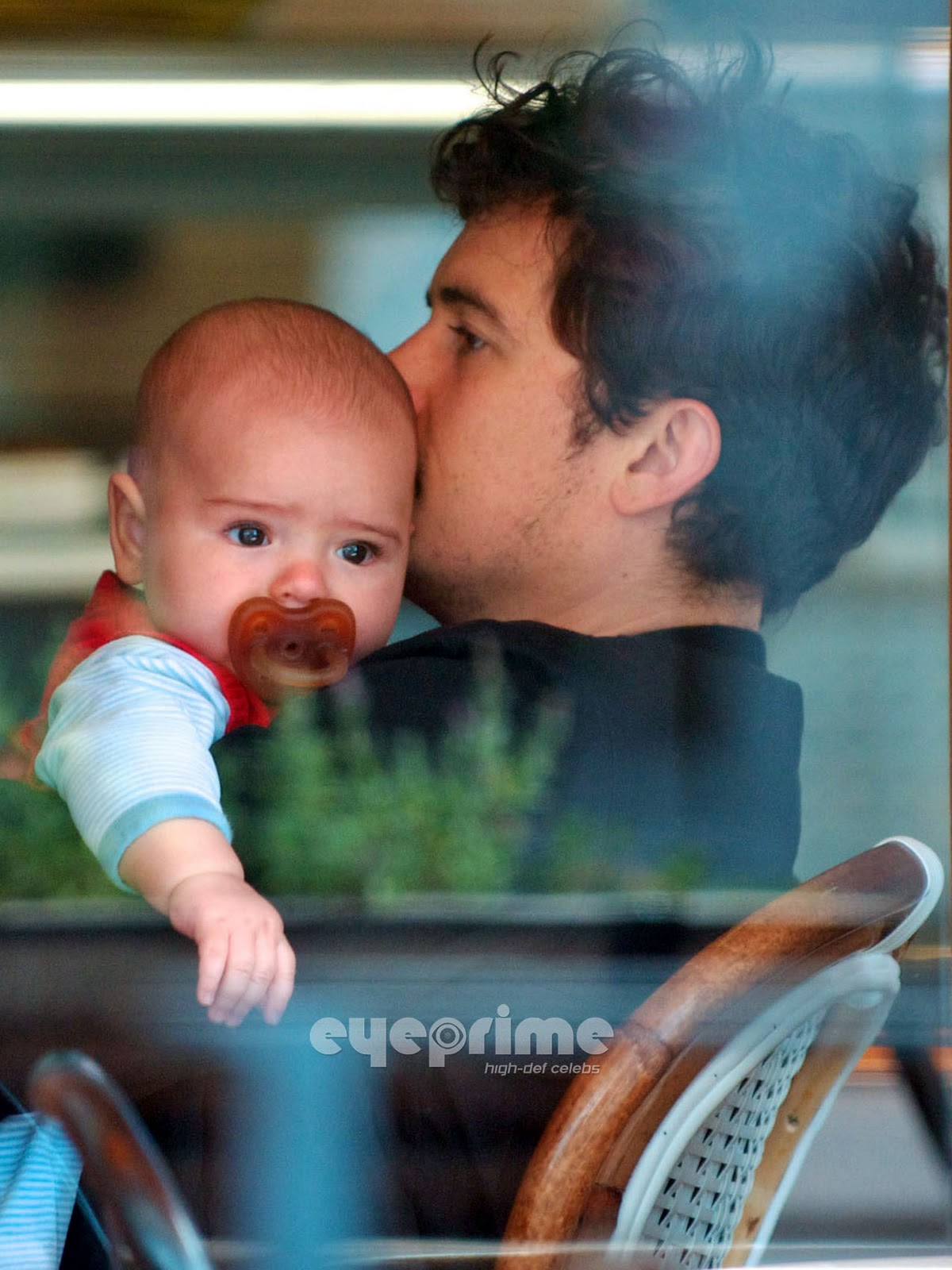 http://2.bp.blogspot.com/-THficaCN-a8/TrO6xoVdO9I/AAAAAAAAARk/uVoAYnD1m8w/s1600/Orlando-Bloom-Cuddles-Up-With-Baby-Flynn-at-a-Cafe-in-Hollywood-June-1-orlando-bloom-22531614-1275-1700.jpg