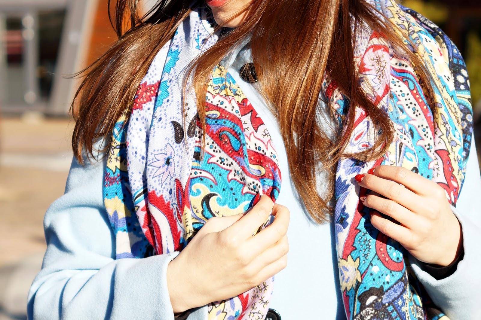 Pastelowy niebieski płaszcz