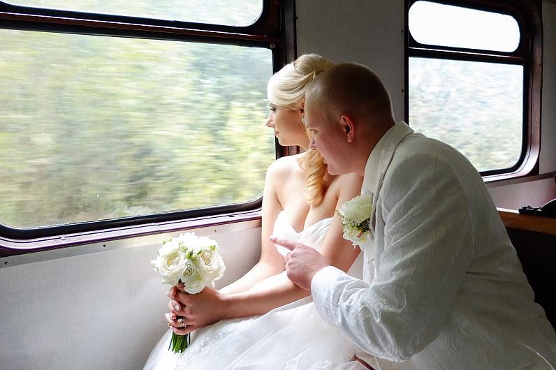 vestuvių fotosesija traukinyje