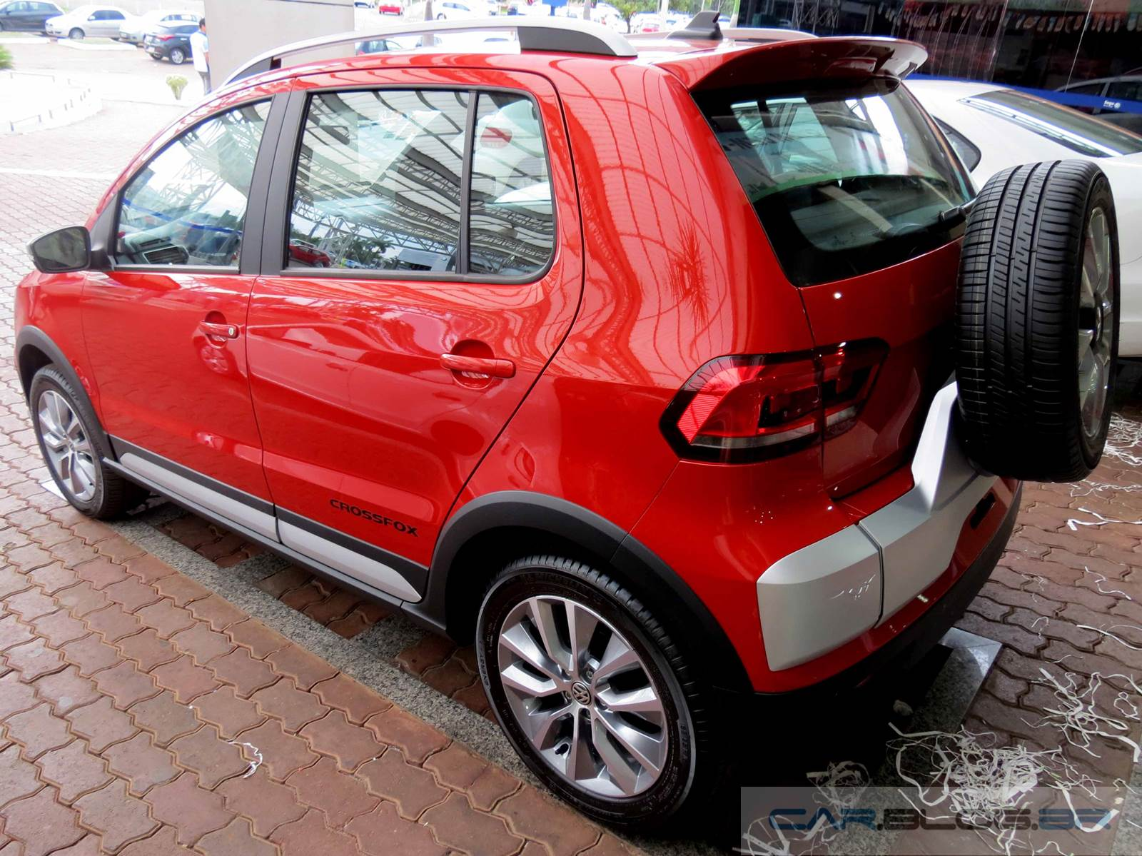 Novo VW CrossFox - fotos e vídeo do carro em autorizada | CAR.BLOG.BR