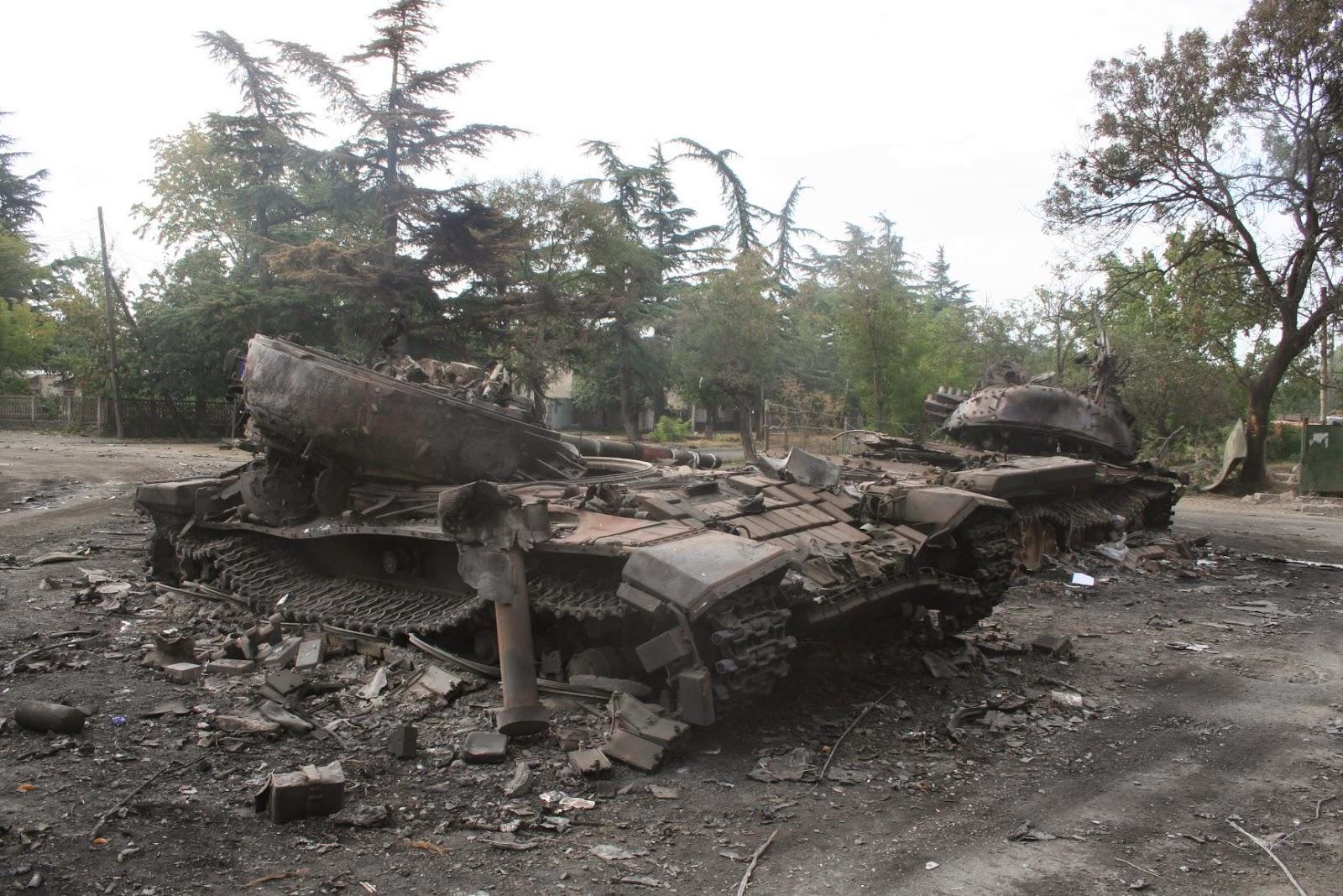 Сгоревший танк защищавший столицу лнр