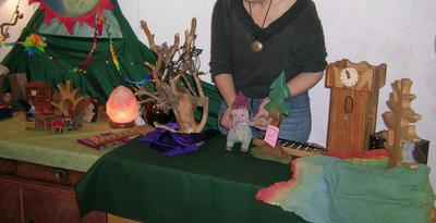 l Michl beim Puppentheater auf dem Jahreszeitentisch, Monatsfeier April im Kindergarten