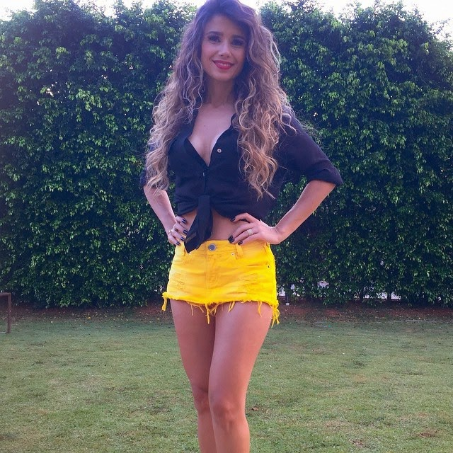 De saia curtinha amarela e um decotão, Paula Fernandes celebrou o Natal