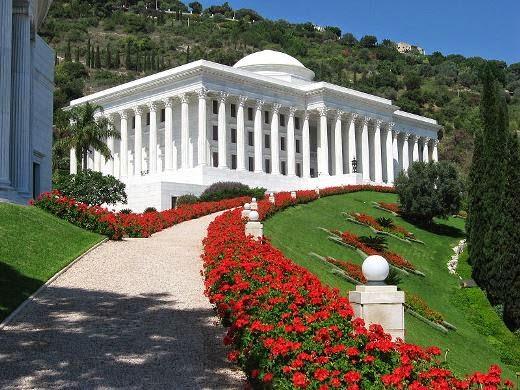 House of Justice, tempat suci dan pusat agama Baha'i di Haifa, Israel. (Wikipeda)