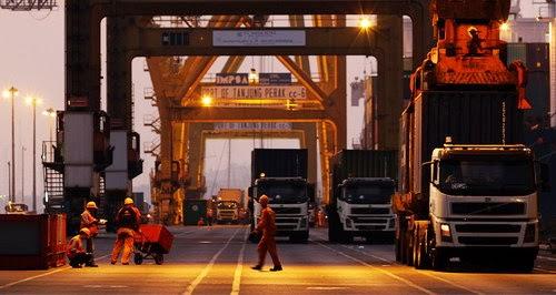 Aktivitas Bongkar Muat di Pelabuhan