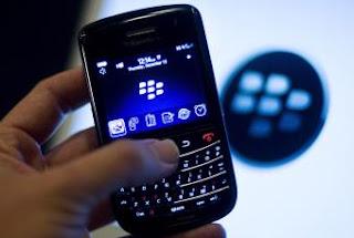 El personal de Volkswagen no recibirá más correos electrónicos o mensajes de texto en sus Blackberry de la empresa una vez terminado su horario laboral, según ha informado el comité de empresa del grupo alemán, tras imponer la medida a la dirección. Fuera del horario de trabajo, las Blackberry quedarán inhabilitadas para seguir recibiendo mensajes, para evitar que los empleados sigan, como ahora, en situación de disponibilidad absoluta para recibir instrucciones o comunicaciones. Los teléfonos seguirán habilitados para recibir o hacer llamadas, pero no para que entren mensajes. El acuerdo afecta a unos 1.154 empleados de Volkswagen en Alemania que