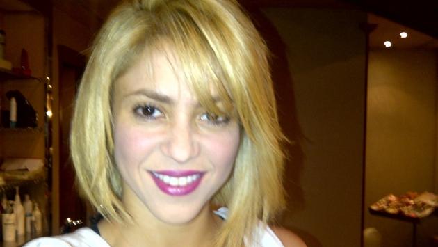 atrás. Shakira aparece com super visual e corte de cabelo moderno