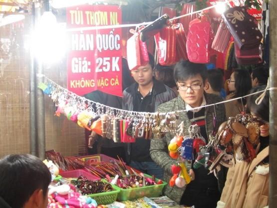 Hàng nhái, hàng Trung Quốc bán tràn lan ở Chợ Đêm Đồng Xuân