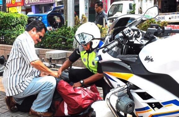 Lelaki 'terlanggar' dan 'terbelasah' polis yang sedang buat demonstrasi peragut