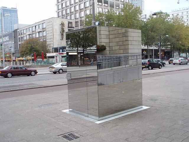 Прозрачный общественный туалет в Лондоне