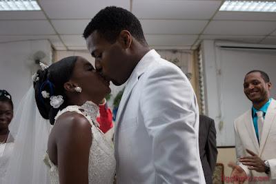 mariage les mariés s'embrassent Guadeloupe