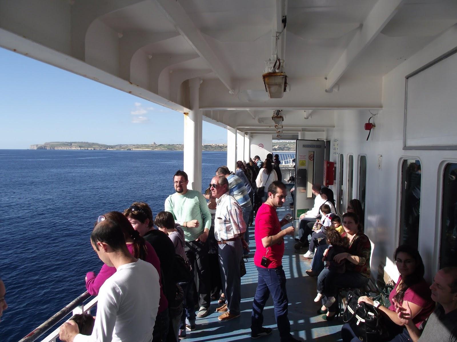 Disfrutando del sol y el mar en el ferry de malta