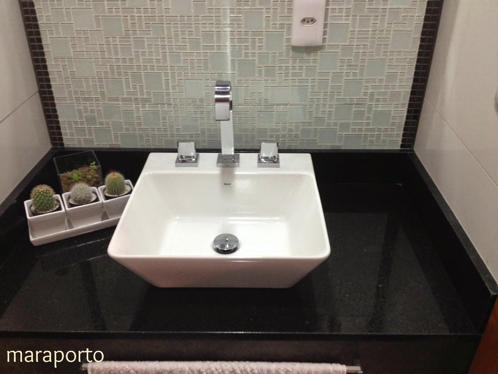 bancada é de granito preto com a pia sobreposta é uma bancada bem  #505922 1600x1200 Bancada Banheiro Usada