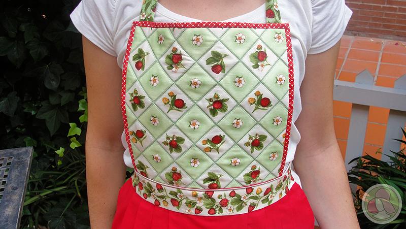 Delantal de cocina de patchwork con tela de fresas