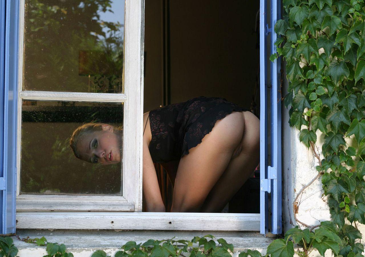 голые девушки женщины в окне подглядывания видео всегда хотят найти